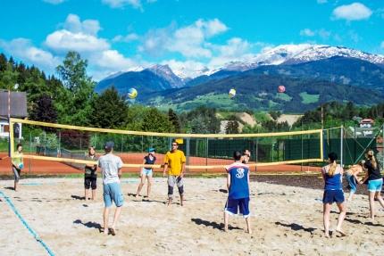 Beachvolleyball spielen beim Sporthotel ROYAL X – Sporturlaub am Millstätter See – Urlaub in Kärnten am See