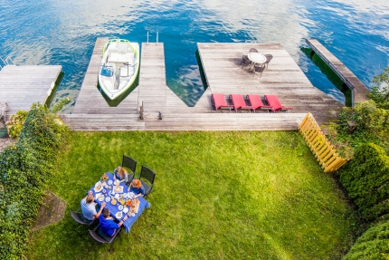 Bootsanlegestelle und Liegewiese der Seevilla Leitner – Urlaub im Ferienhaus – Ferienhaus am See  – Urlaub in Kärnten am See