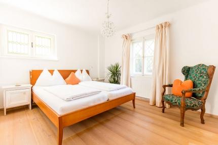 Schlafzimmer mit Doppelbett – Seevilla Leitner – Urlaub im Ferienhaus – Ferienhaus am See – Urlaub in Kärnten am See