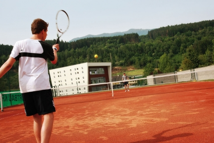 Tennisplatz am Millstätter See beim Schwesterhotel Sporthotel ROYAL X – Urlaub im Ferienhaus – Ferienhaus am See – Seevilla Leitner – Urlaub in Kärnten am See