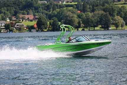 Motorboot fahren am Millstätter See beim Schwesterhotel Sporthotel ROYAL X – Urlaub im Ferienhaus – Ferienhaus am See – Seevilla Leitner – Urlaub in Kärnten am See