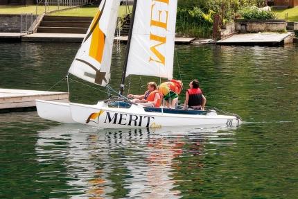 Catamaran fahren am Millstätter See beim Schwesterhotel Sporthotel ROYAL X – Urlaub im Ferienhaus – Ferienhaus am See – Seevilla Leitner – Urlaub in Kärnten am See
