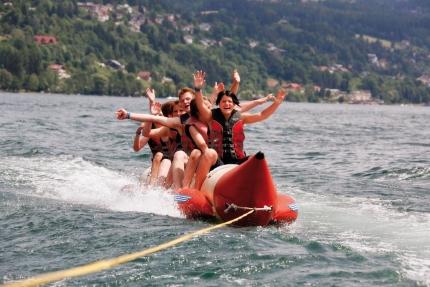 Bananaboat fahren am Millstätter See beim Schwesterhotel Sporthotel ROYAL X – Urlaub im Ferienhaus – Ferienhaus am See – Seevilla Leitner – Urlaub in Kärnten am See