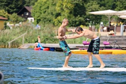 Windsurfen am Millstätter See beim Schwesterhotel Sporthotel ROYAL X – Urlaub im Ferienhaus – Ferienhaus am See – Seevilla Leitner – Urlaub in Kärnten am See
